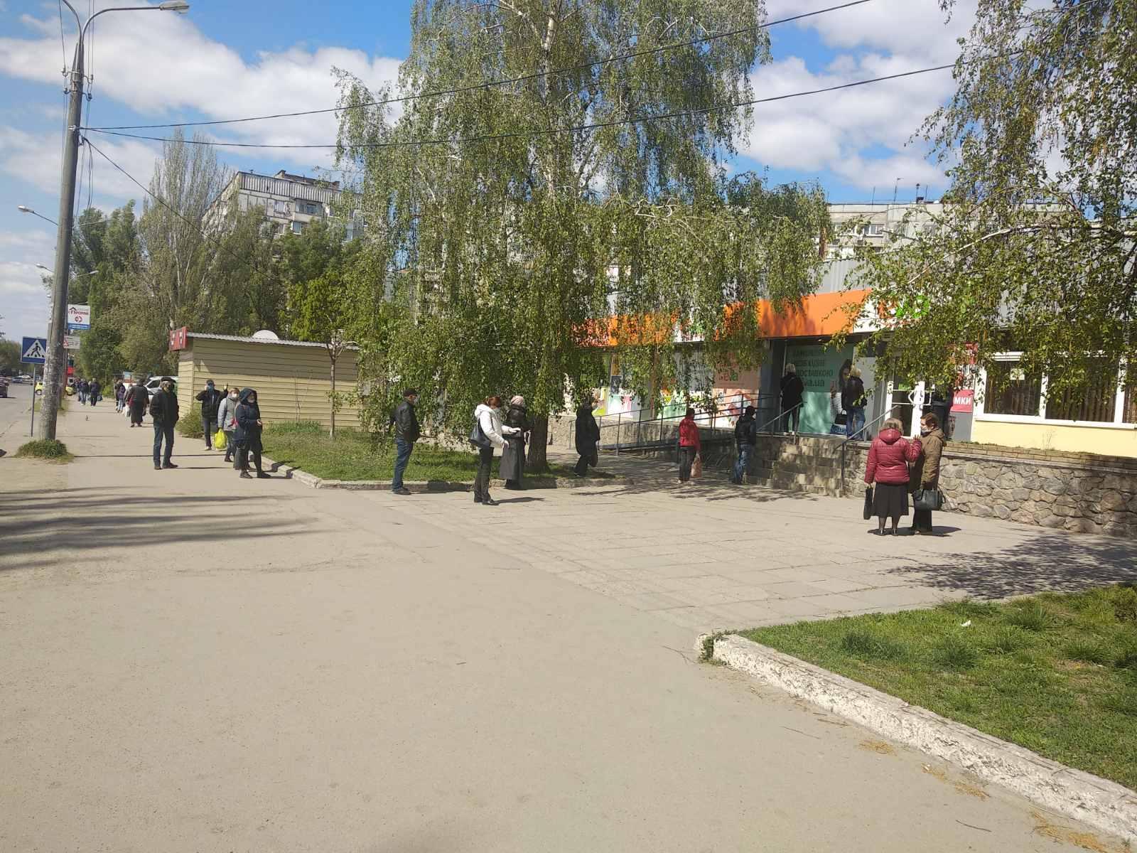 А в очереди в Запорожсвязьсервис люди дистанции придерживаются / фото: Vgorode