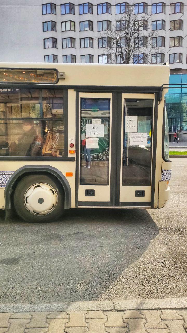 Вот такие таблички повесили на автобусах