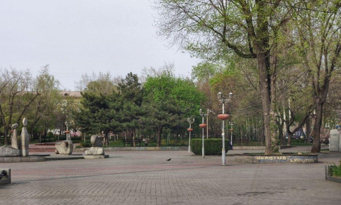 А вот на площади Маяковского гуляют только голуби