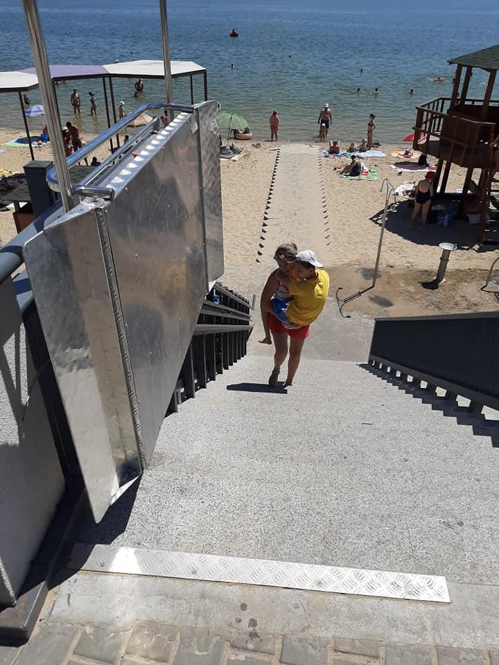 Запорожанке пришлось спускать и поднимать своего сына по крутым ступенькам. Фото: fb  Наталья Ростовская