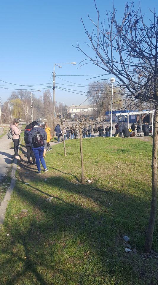 В ожидании маршрутки на Верхней Хортице в 8:40. Фото: fb Инна Маковецкая