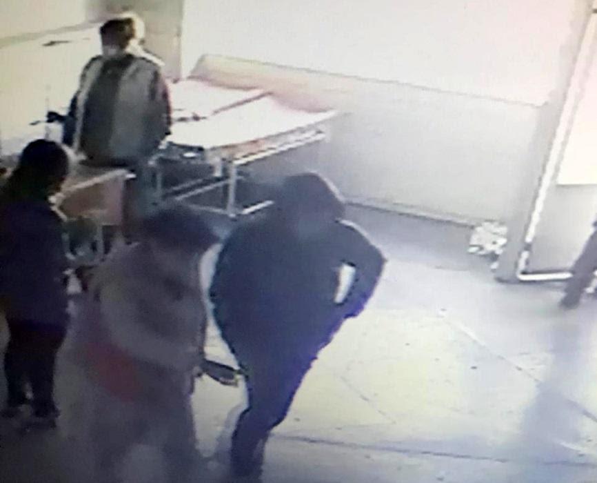 Мужчина доставил в больницу женщину с ранениями. Фото: ГУНП
