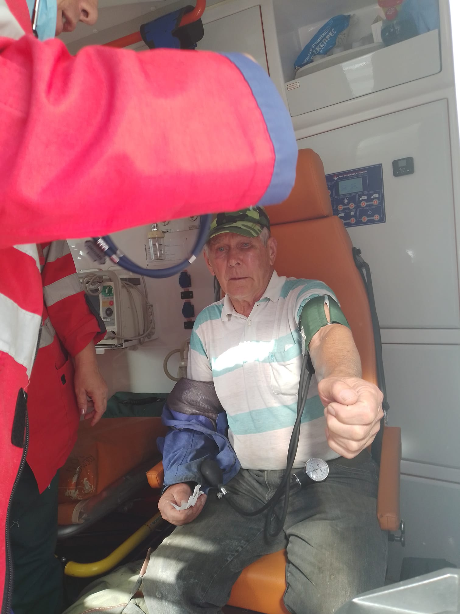 В Запорожье водитель маршрутки, не желая пускать в транспорт пенсионера, с силой ударил его дверью по голове (видео) 2