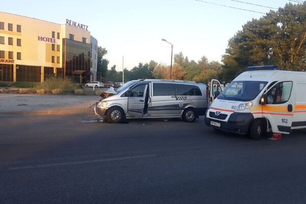 Не разминулись два Мерседеса: на Набережной произошло ДТП с пострадавшими фото 2