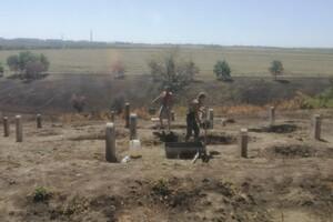 Старые плиты и надгробия: в Запорожье восстанавливают еврейское кладбище фото